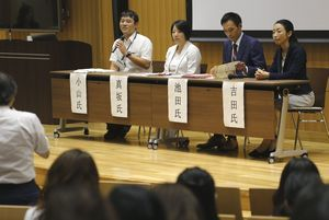 災害時の妊産婦らへのサポートについて意見を交わす参加者=徳島大蔵本キャンパス