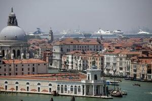 イタリア北部ベネチアの港に停泊するクルーズ船(奥)=2019年6月(AP=共同)