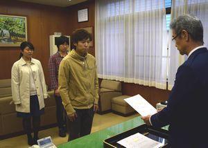 指定書の交付を受ける(左から)板東さん、前田さん、田中さん=徳島西署