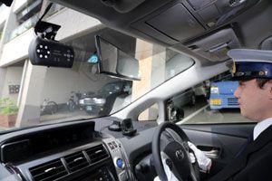 ルームミラーの左側に取り付けられたドライブレコーダー。タクシー内で多く見られるようになった=徳島市内