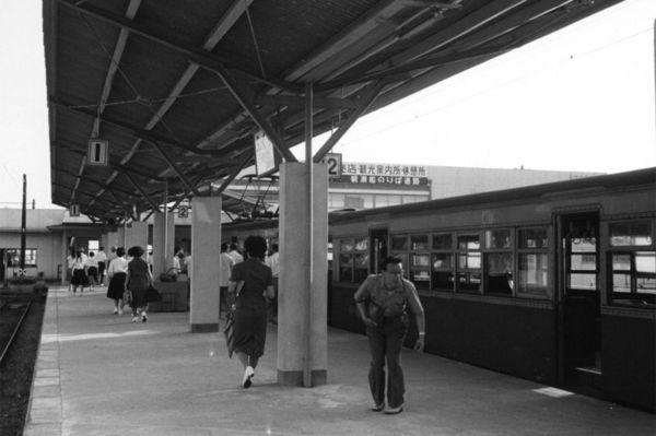 淡路鉄道福良駅のプラットホーム=1960年(本社所蔵写真)