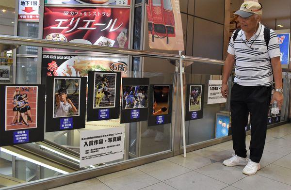 躍動感あふれる写真が並ぶ入賞作品=徳島駅