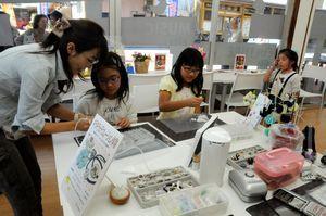 アクセサリー作りの体験教室が開かれたサロンで、作り方を学ぶ子どもら=吉野川市鴨島町鴨島
