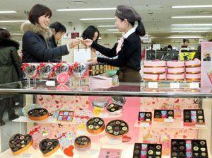 有名ブランドのチョコレートを購入する女性=徳島市のそごう徳島店