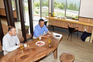 農家レストランの開業準備を進める小泉さん(右)と大竹さん=美馬市穴吹町