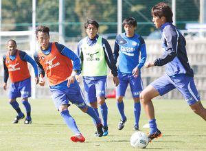 首位札幌の打倒を期し練習に励む徳島の選手たち=徳島スポーツビレッジ