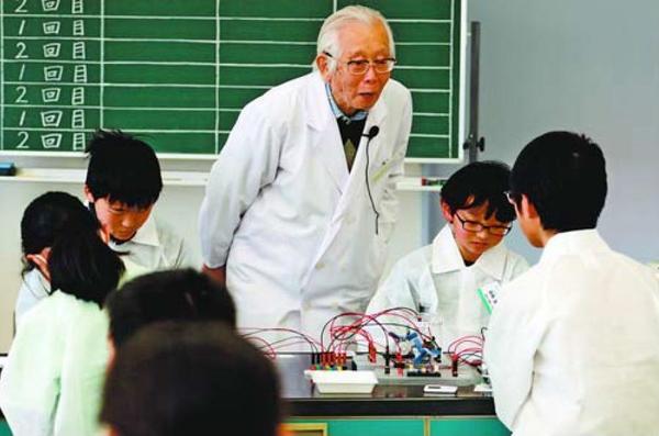児童らの実験を見守る白川名誉教授(中央)=阿南市の市科学センター