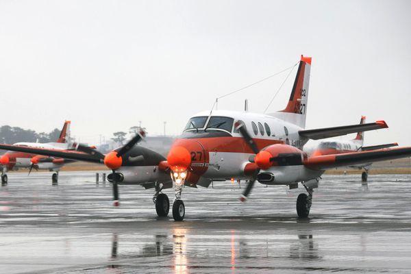 フィリピンに向けて出発するTC90=松茂町の海上自衛隊徳島航空基地