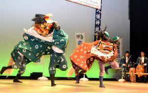 迫力の演技を見せる森藤獅子舞保存会のメンバー=吉野川市の鴨島公民館