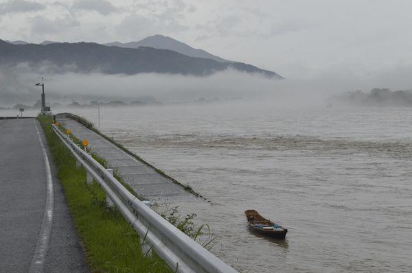 増水した吉野川。川島潜水橋は濁流にのみ込まれている=7日午前6時10分ごろ、吉野川市川島町川島