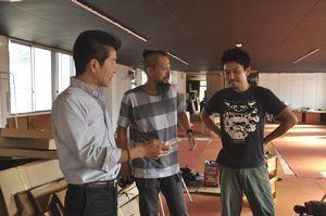 上映機能を備えた貸しスペースづくりを進める西崎さん(右)や柳生さん(左)=三好市池田町マチのブライダルショップやぎう