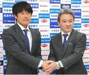 J1復帰を目指す徳島ヴォルティスの指揮を託された長島新監督(左)と岸田社長=徳島スポーツビレッジ