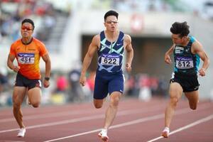 男子100メートル決勝 10秒19で優勝した小池祐貴(中央)=ヤンマースタジアム長居