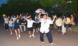 今夏の阿波踊りに向けて練習に励む本家大名連の連員=徳島市の藍場浜公園