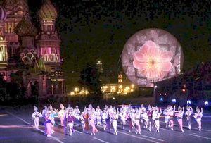 赤の広場で華麗に踊る阿波おどり振興協会の連員たち=モスクワ(徳島県提供)