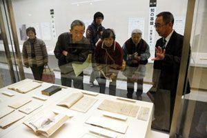 鳥居龍蔵にまつわる資料を熱心に見る来場者=徳島市の県立博物館