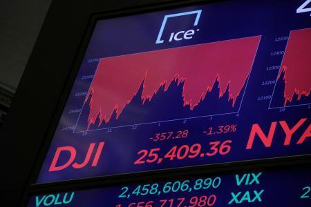 ダウ平均の終値を表示するニューヨーク証券取引所のスクリーン=28日(ロイター=共同)