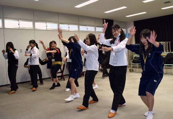 小松島高生(右)から阿波踊りを教わる台湾の女子高生=小松島市の小松島高校