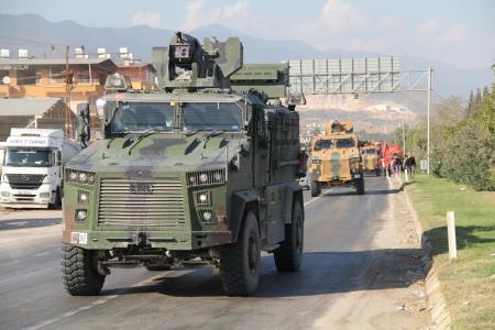 9日、トルコ南部でシリア国境に向かうトルコ軍の装甲車(ゲッティ=共同)