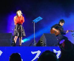 澄んだ歌声で会場を魅了する丸山純奈さん=松茂町豊岡の月見ケ丘海浜公園