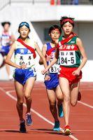 前回優勝の女子・羽ノ浦。トラックコースで首位に立つアンカー治尾(右)=2017年11月12日