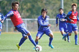 今季最終節の愛媛戦に向けて練習に励む徳島の選手=徳島スポーツビレッジ