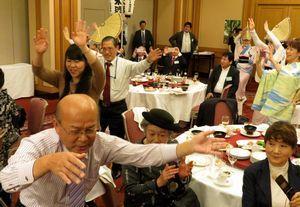 阿波踊りで盛り上がる徳島県人会近畿連合会の新年互礼会=大阪市内のホテル