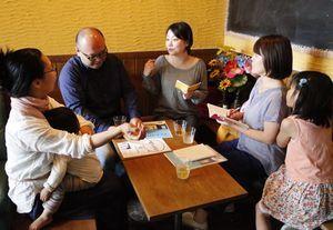 子ども食堂の定期開催について話し合う徳島に子ども食堂をつくる会のメンバーら=徳島市東新町2のシェアバー