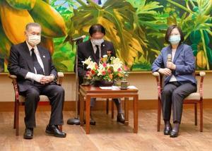 台湾総統府で会談する蔡英文総統(右)と森喜朗元首相=9日、台北(中央通信社=共同)