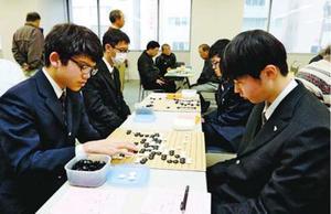 対戦を楽しむ参加者=徳島新聞社