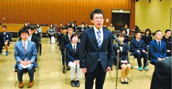 4年ぶりの優勝に向けて決意を述べる野々村主将=徳島市役所