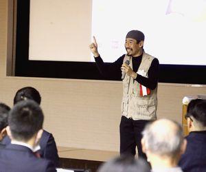 戦場での取材経験を基に教育の大切さを訴える渡部さん=徳島市の県教育会館