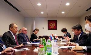 ロシアのラブロフ外相(左端)と会談する茂木外相(右から2人目)=23日、ニューヨーク(外務省提供・共同)
