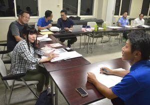 婚活バスツアーの計画を話し合う青年部のメンバーと長谷川さん(手前左)=吉野川市鴨島町の吉野川商工会議所