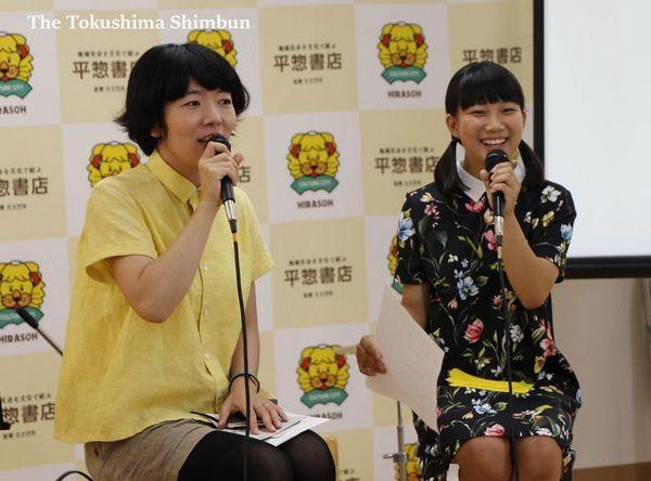 音楽について語り合う高橋さん(左)と丸山さん=徳島市の平惣徳島店