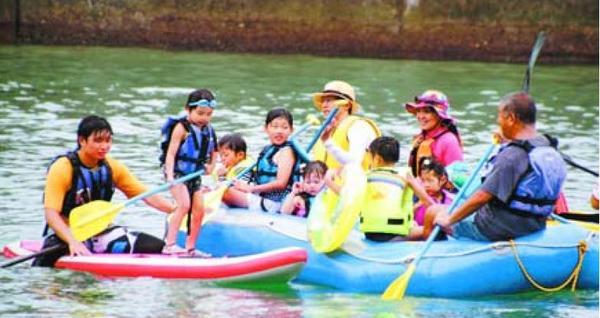 海の遊びを楽しむ参加者=美波町の伊座利沖