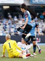 川崎―札幌 後半、先制ゴールを決めた川崎・三笘(上)。GK菅野=等々力