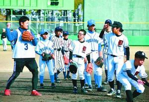インディゴの選手(手前左)から守備の基本を教わる中学生=阿波市の阿波球場