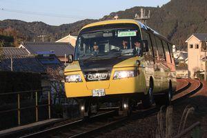 牟岐町内の線路を実証走行するDMV=2012年2月