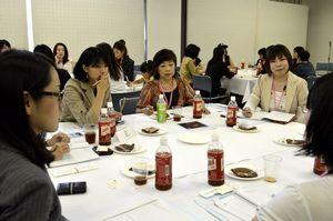 女性が創業するための準備などについて話し合う参加者=あわぎんホール