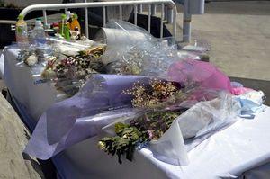 犠牲者を悼む花束や飲み物があふれる献花台=鳴門市大津町大幸
