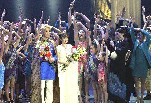 浅香さんが手掛けた市民参加型演劇=2月、徳島市文化センター