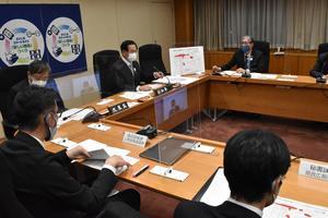 危機管理会議で対応を話し合う徳島県幹部=4日午後6時ごろ、県庁
