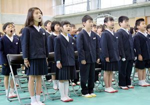 美馬小学校の開校式で新しい校歌を披露する在校生=同校