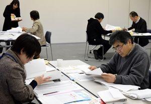 県新聞感想文コンクールの最終審査をする選考委員=徳島新聞社