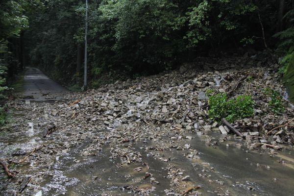 土砂崩れが発生し、落石が路上に広がった県道日和佐上那賀線=美波町山河内