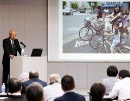 写真撮影のルールやマナーについて話す松本さん=徳島新聞社