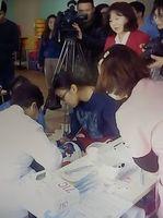 乳幼児の歯を検査する西野さん(写真手前の左)=2018年1月、ウランバートル(西野さん提供)