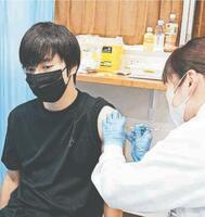 鳴門市内の5社が始めた合同接種で、ワクチン接種を受ける参加企業の従業員=同市瀬戸町の富田製薬