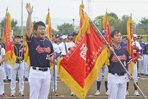 力強く宣誓する阿南市役所の久田主将(左)=鳴門オロナミンC球場